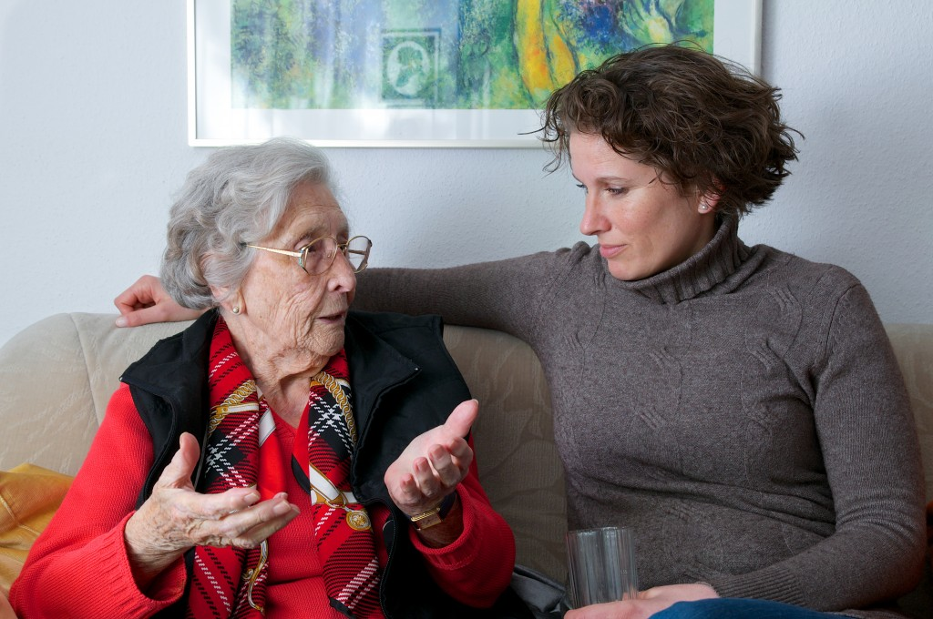 Rstige Seniorin mit Enkelin